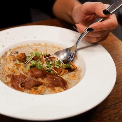 assiette oeuf parfait crème de champignon et magret séché