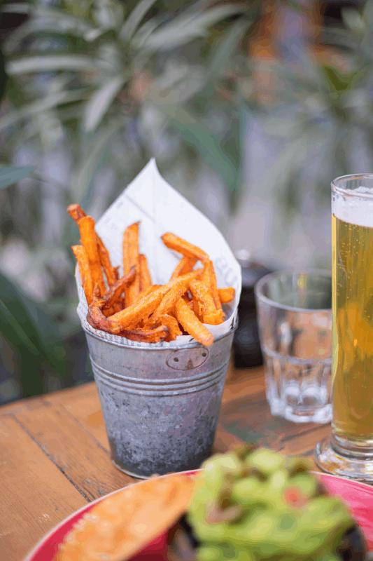 cornet de frites et bière