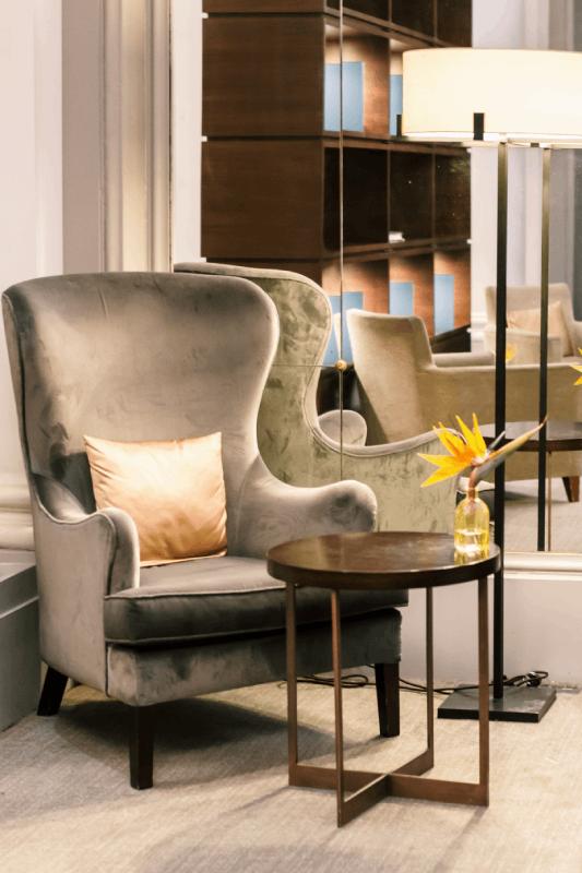 Fauteuil en velours gris dans un salon d'hôtel