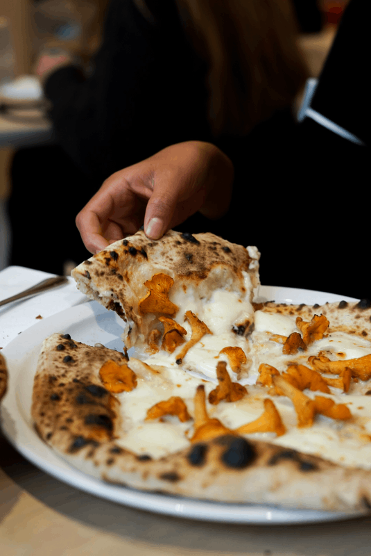 Pizza gorgonzola girolles