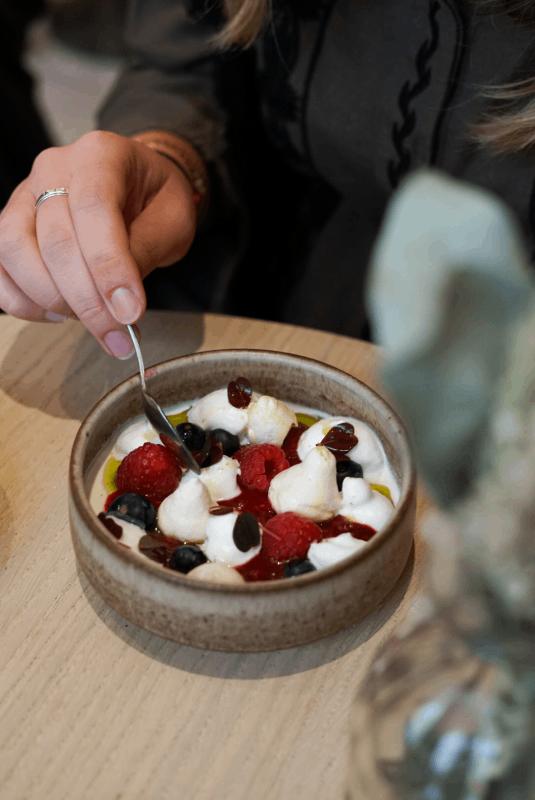 Assiette de panna cotta fruits rouges chez Papi
