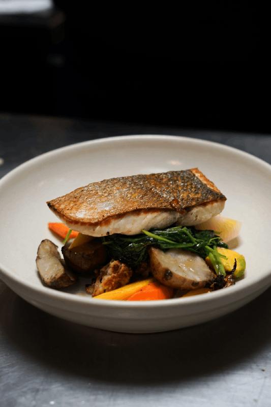 Assiette de poisson et légumes à l'Atelier Ramey