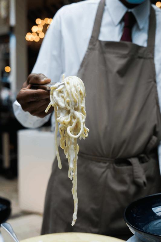 Pâtes dans la meule de parmesan à La Romantica