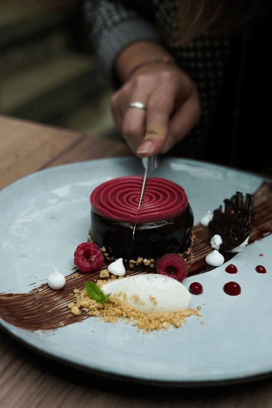 Dessert chocolat sacher et framboises de La Romantica
