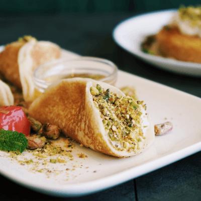 zoom sur le dessert avec les mini crêpes libanaises fourrées de crème de lait